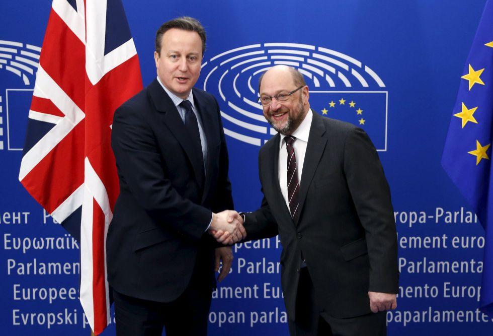 David Cameron (izquierda) y Martin Schulz este martes en el Parlamento Europeo en Bruselas.