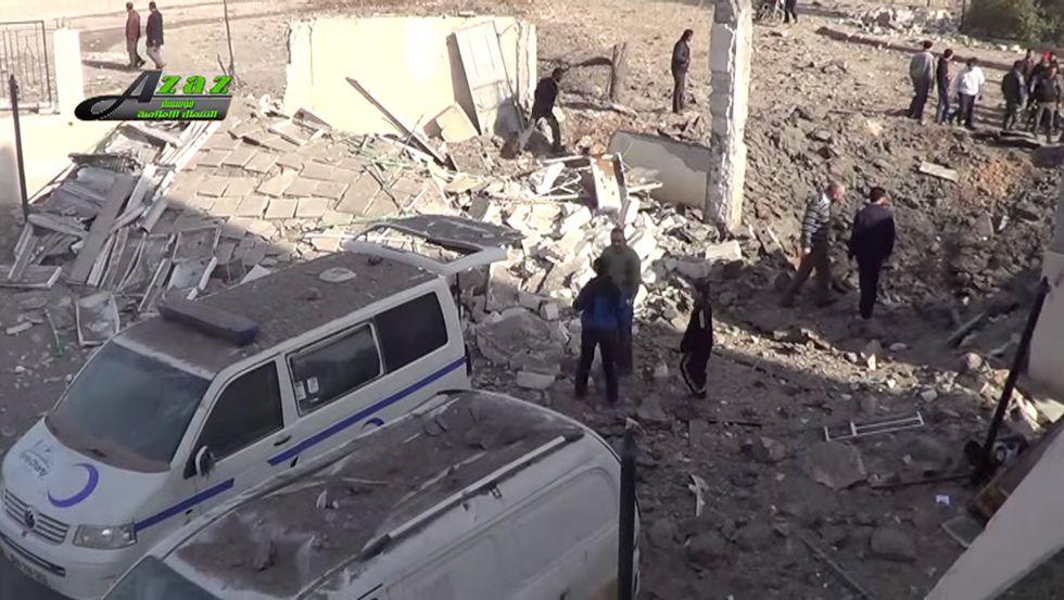 Vehículos destruidos, el lunes en Azaz (Siria).