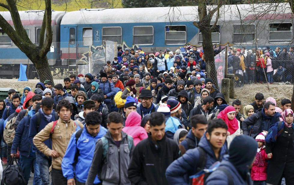 Un grupo de migrantes caminan hacia un campo de refugiados este martes en Sentilj (Eslovenia), en la frontera con Austria.
