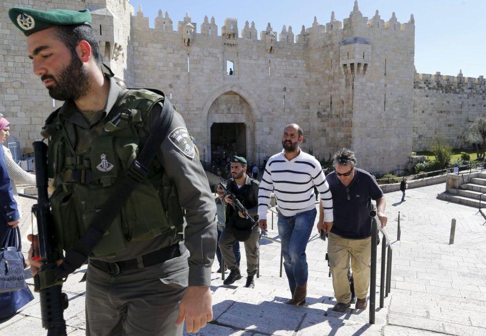 Agentes israelíes detienen al corresponsal de 'The Washington Post', William Booth, este martes en Jerusalén. Ha estado arrestado 45 minutos.