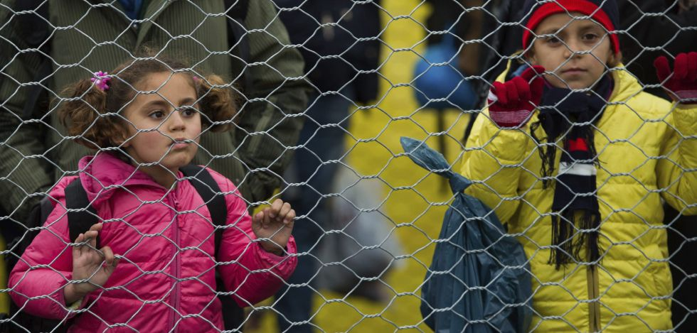 Niños refugiados esperan para ser registrados en Austria.
