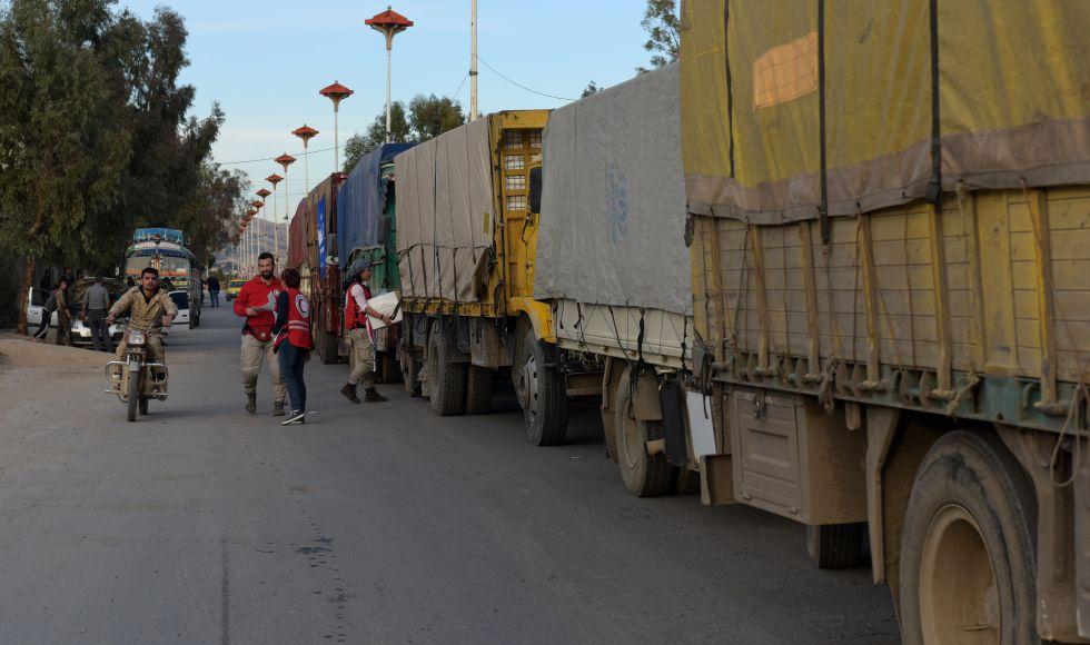 Un convoy de ayuda humanitaria de la ONU y la Media Luna Roja aguarda este miércoles a las puertas de la localidad sitiada de Moaadamiye, en Siria.