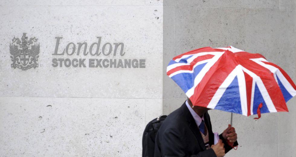 Un trabajador junto a la Bolsa, en la City de Londres.