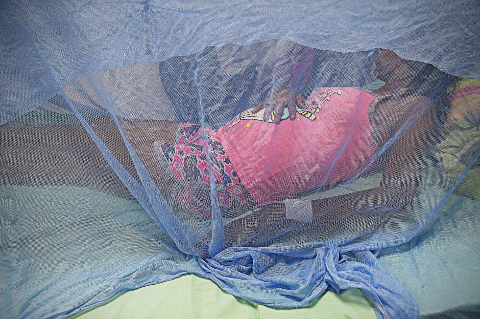 Yulieth descansa bajo una mosquitera en el hospital de Cúcuta, Colombia