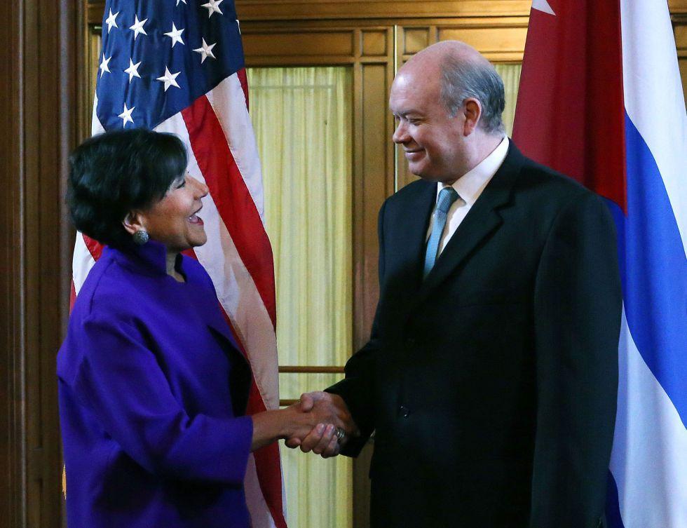 Pritzker y Malmierca se saludan al inicio de su reunión en Washington