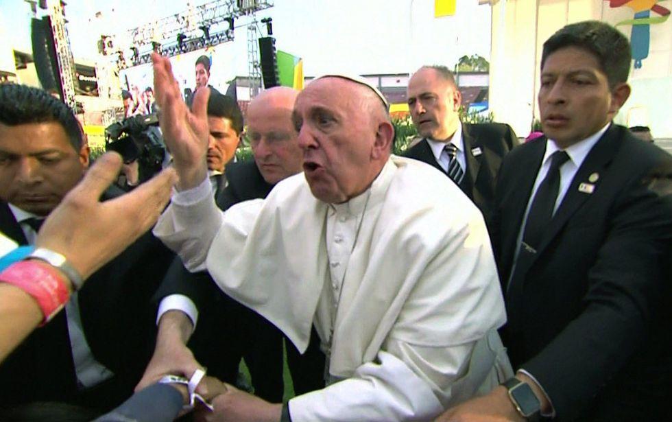 El Papa reprende a una persona por jalarlo y hacer que tropezara.