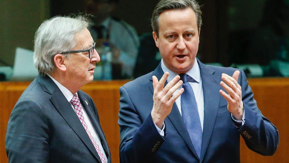 El primer ministro británico, David Cameron, habla con el presidente de la Comisión Europea, Jean-Claude Juncker.