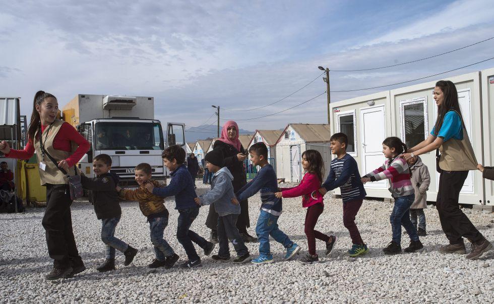 Niños refugiados juegan este jueves en un campo de registro macedonio mientras esperan un tren a Serbia.