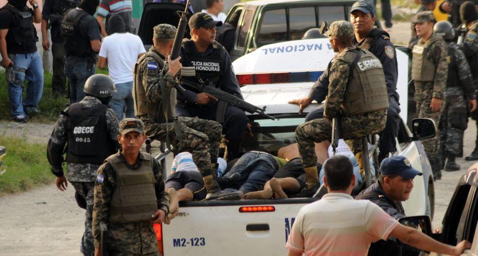 Fuerzas del orden detienen a presuntos pandilleros, en 2014, tras un enfrentamiento en un barrio en Honduras.