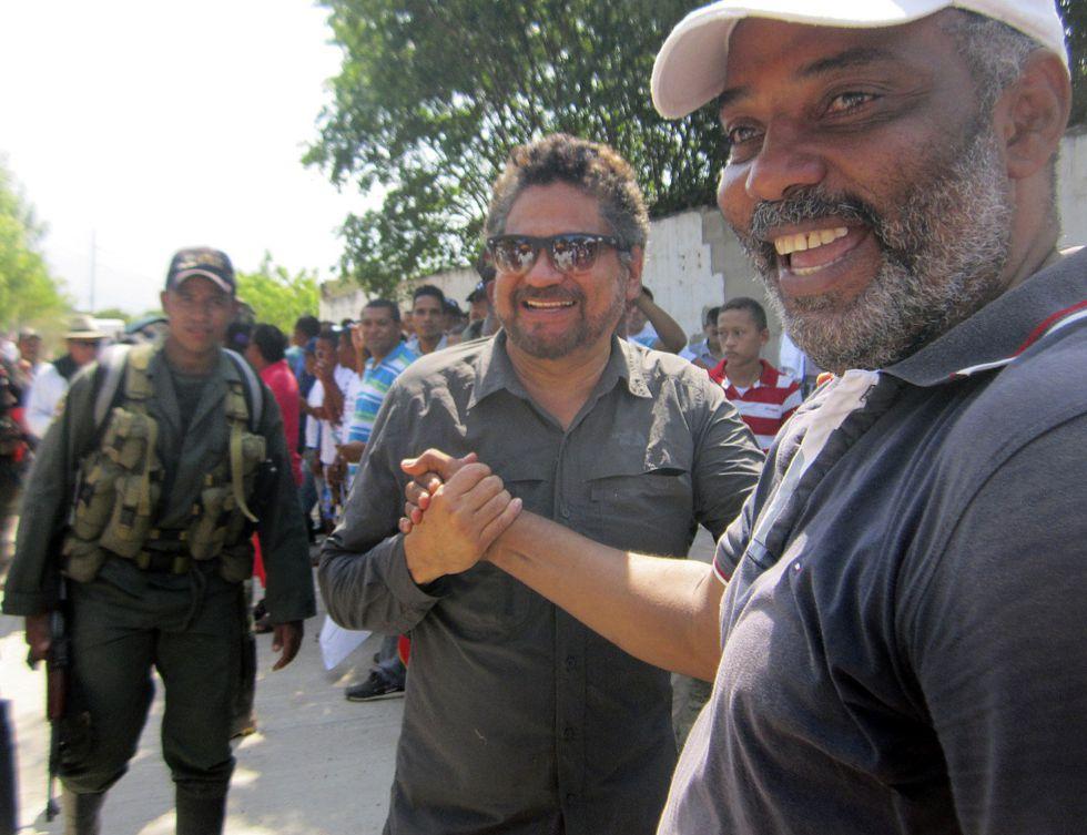 Ivan Marquez (izquierda), jefe de la delegación en La Habana de las FARC, junto a un guerrillero armado en El Conejo, La Guajira (Colombia)