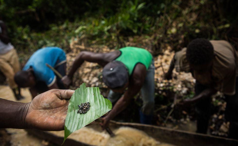 Mineros abriendo una nueva mina en Biambwe (Kivu Norte).