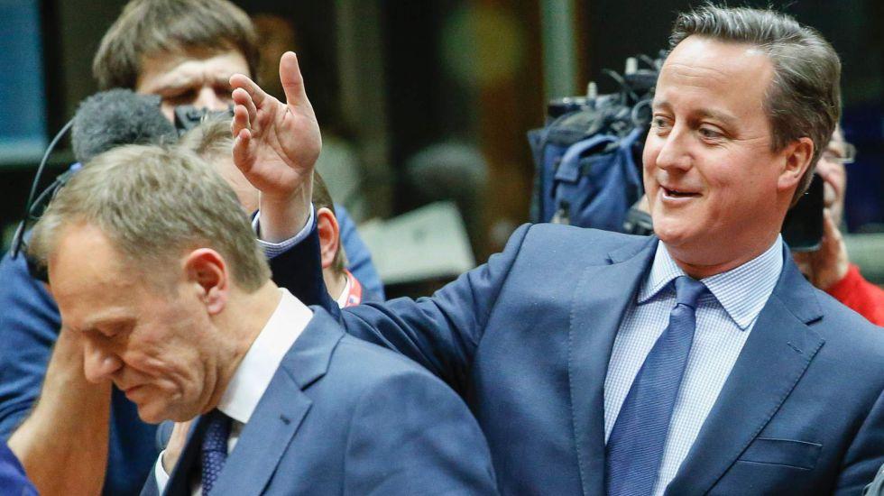 Donald Tusk y David Cameron en la cumbre de Bruselas.