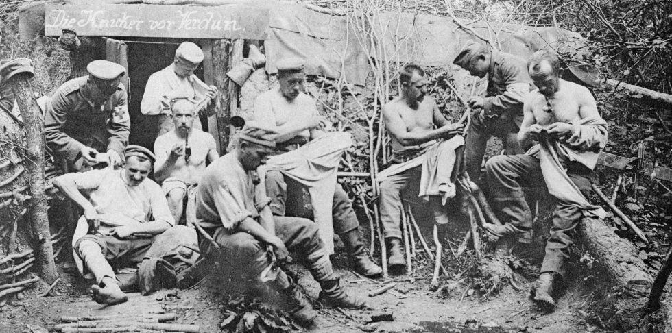 Soldados alemanes en un refugio durante la batalla de Verdún.