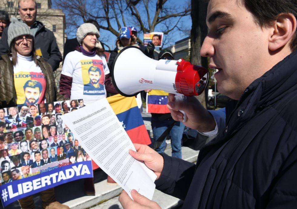 El opositor Juan Pablo López lee la carta de Leopoldo López.