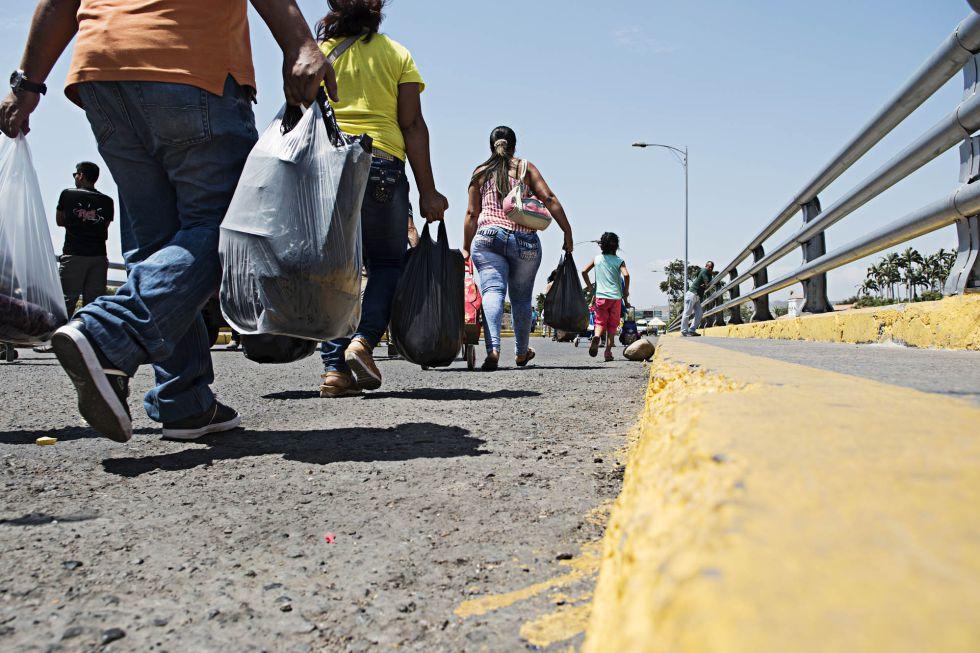 Escolares, enfermos y demás ciudadanos colombianos y venezolanos cruzan cada día a pie el puente que separa ambos países.