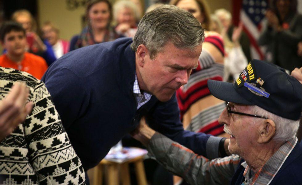 Jeb Bush saluda a un veterano de la Segunda Guerra Mundial, el martes en Leesville