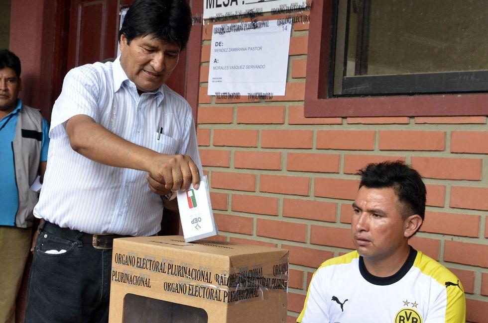 El presidente de Bolivia, Evo Morales, vota en el Chapare.
