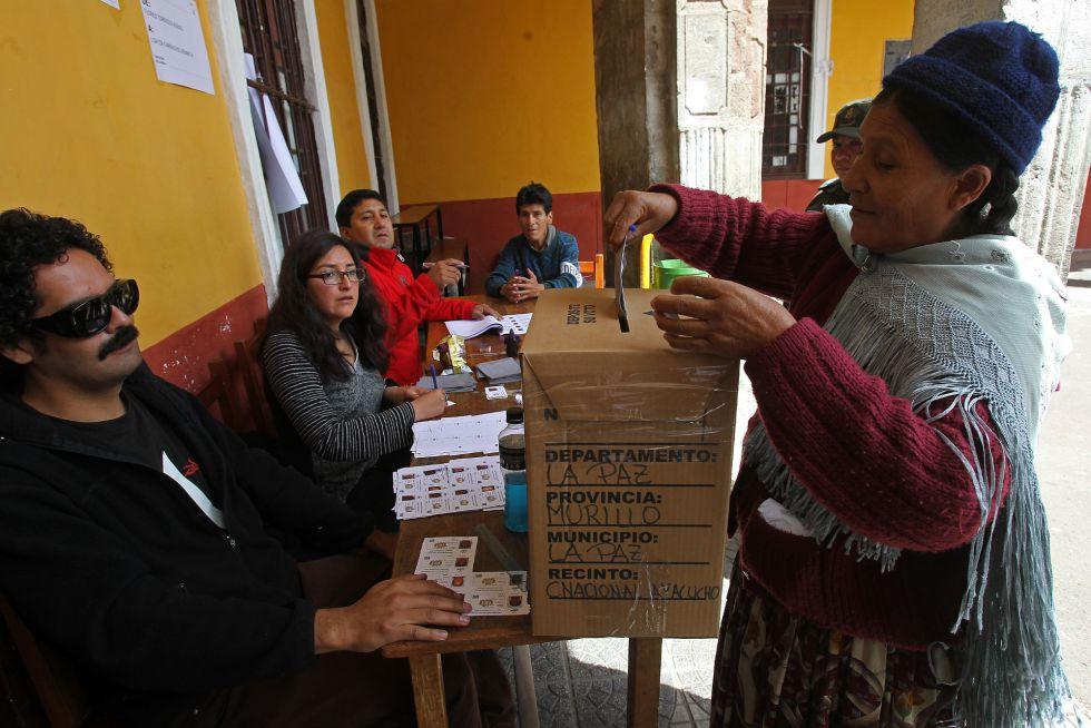Una mujer deposita su voto hoy, en El Alto, Bolivia.