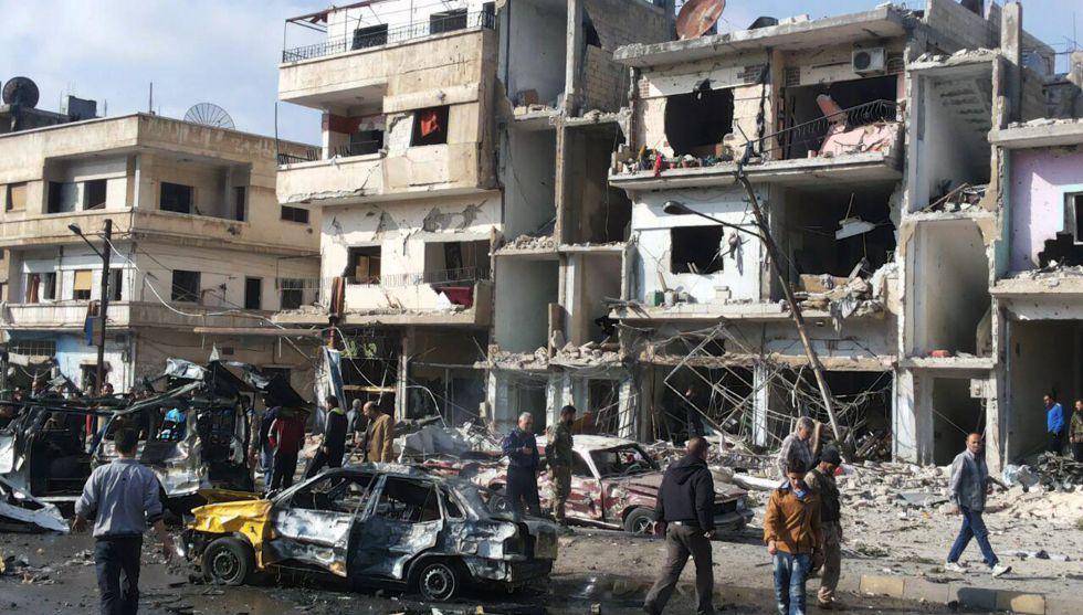 Ciudadanos sirios en el lugar de la explosión en Homs.