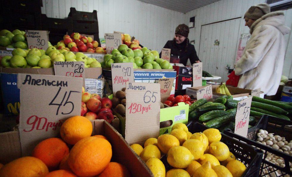 Un puesto de frutas con los precios en rublos rusos y grivnas ucranianas, en Donetsk.