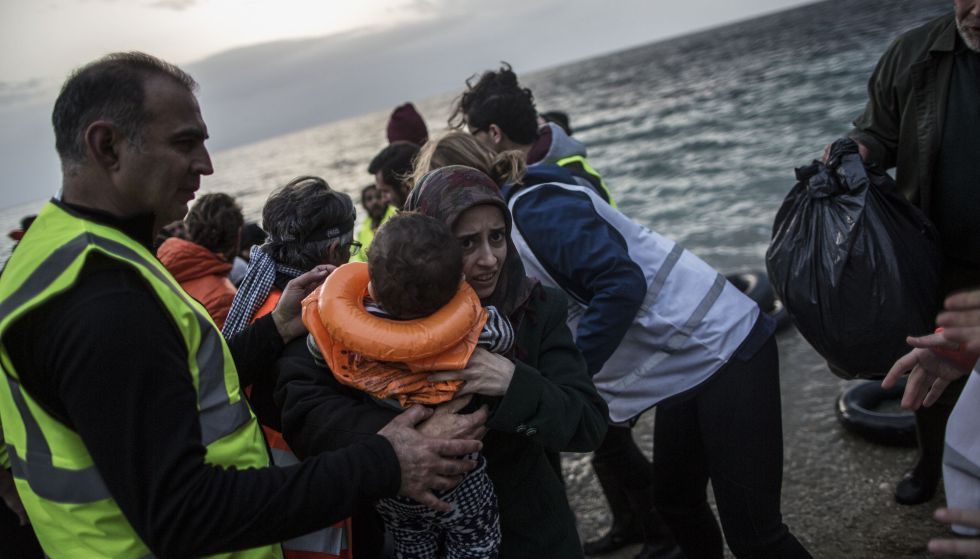 Un grupo de voluntarios asiste el pasado viernes a los migrantes que llegan a la isla de Lesbos, Grecia.