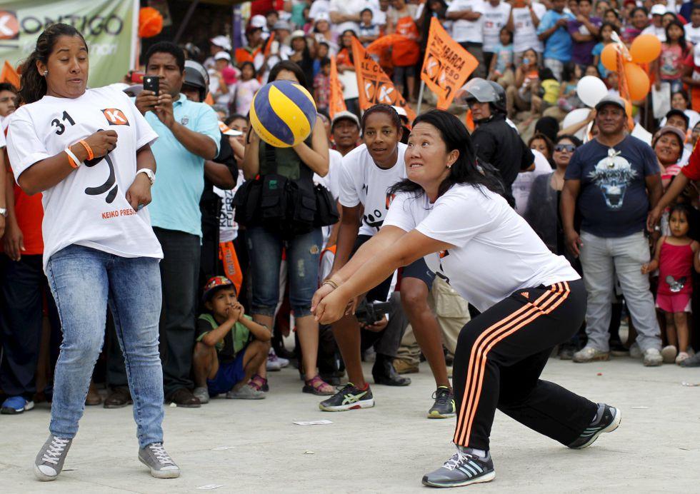 La candidata Keiko Fujimori juega un partido de voleibol a las afueras de Lima.