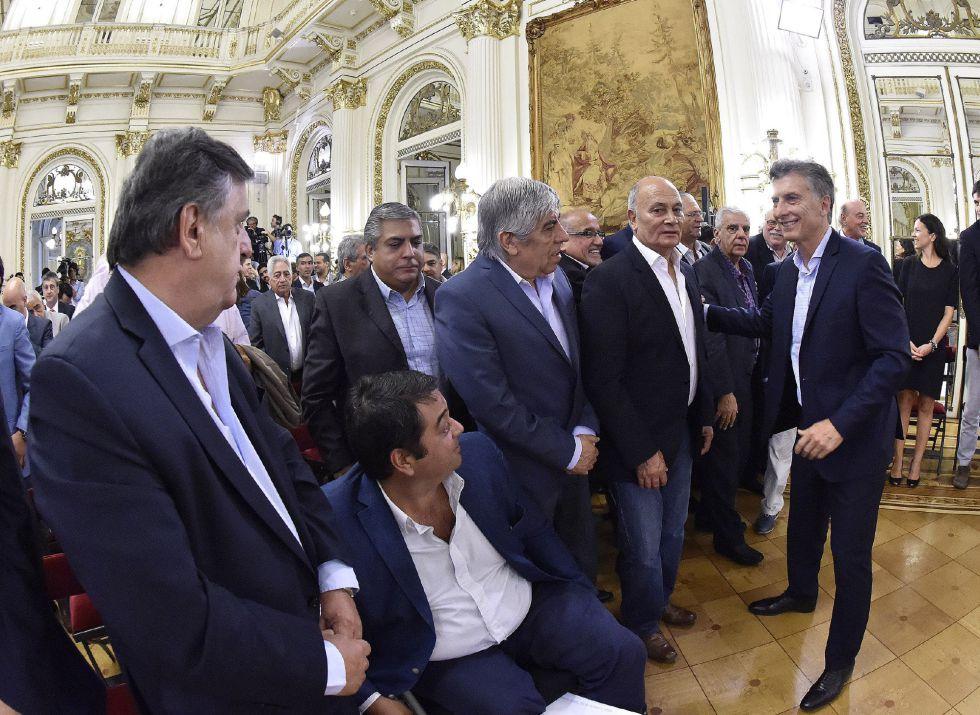 El presidente de Argentina, Mauricio Macri, se acerca a saludar a sindicalistas el pasado jueves tras anunciar una rebaja tributaria.