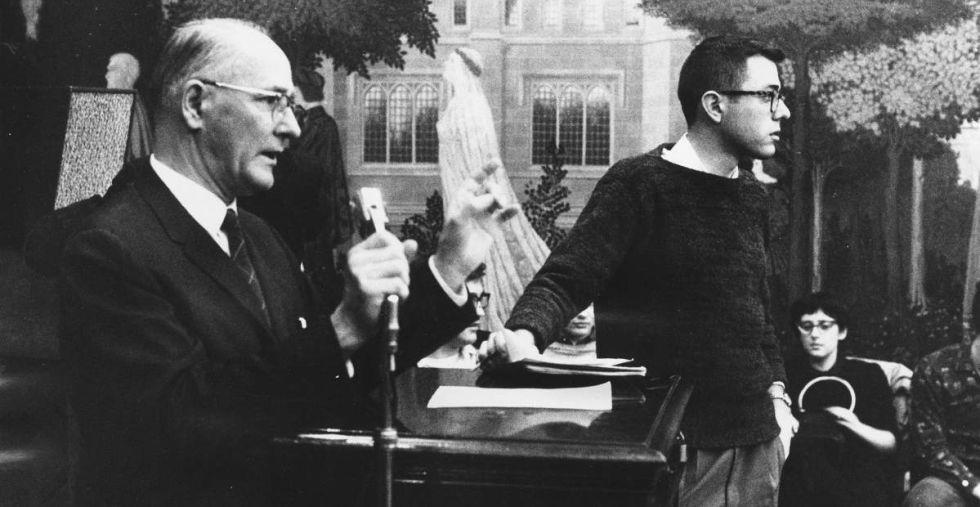 Un veinteañero Bernie Sanders en un acto contra la segregación racial en la Universidad de Chicago, en enero de 1960.