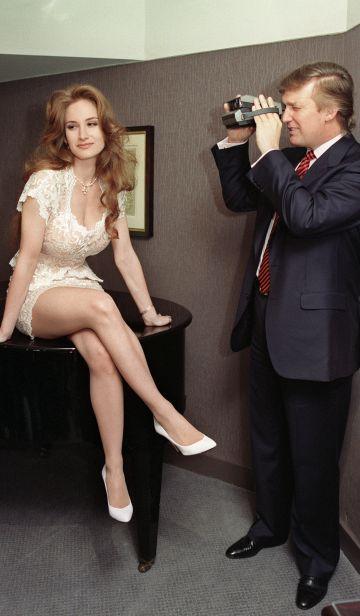 Trump fotografía a una modelo de Playboy en evento del aniversario de revista en 1993.