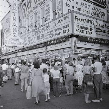 El popular local de perritos calientes Nathan's, en la zona playera de Coney Island (Brooklyn), muy concurrido un dia de agosto de 1954.