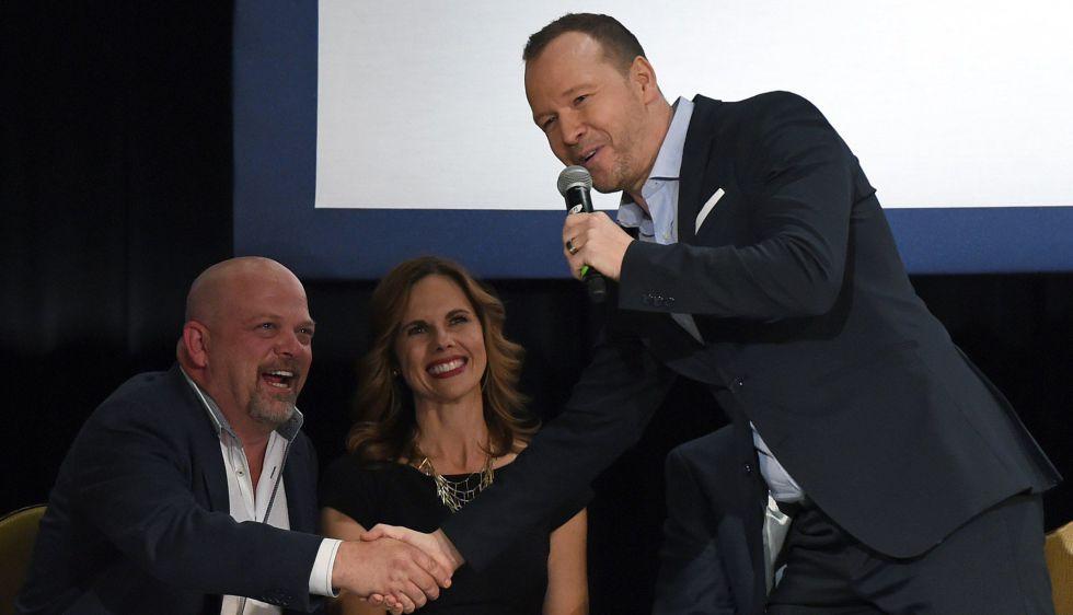Donnie Wahlberg, de New Kind On The Block (de pie), y Rick Harrison, del 'reality show' sobre una casa de empeños de Las Vegas, se saludan tras dar su apoyo público a Marco Rubio como candidato en un mitin en Las Vegas el domingo.