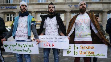 Un grupo de sirios se manifiesta contra el sexismo y el racismo, en la estación de Colonia, el 16 de enero.