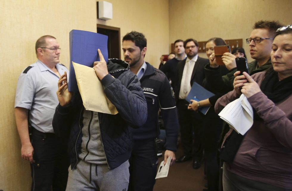 Un acusado se cubre el rostro este miércoles en los juzgados de Colonia (Alemania).