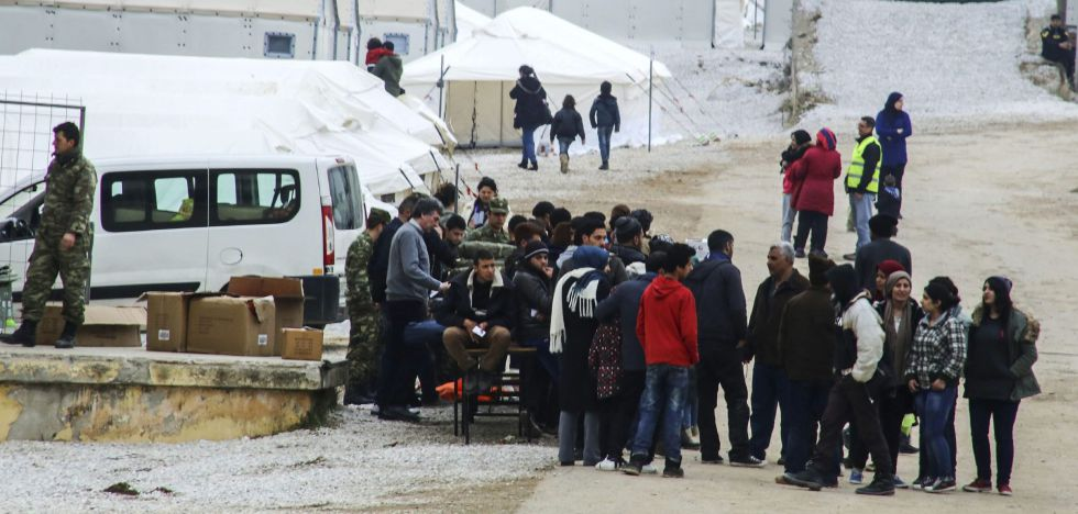 Un grupo de migrantes esperan en el centro de registro en Diavata (Grecia).