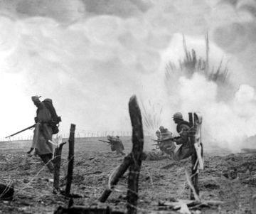 Asalto de soldados franceses contra las posiciones alemanas en medio de los impactos de artillería