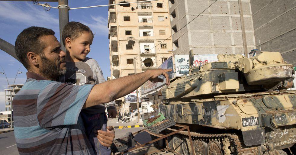 FOTOGALERÍA: VIAJE A MISRATA |   Jalid Shabha mira junto a su hijo los tanques de la avenida Trípoli, en Misrata.