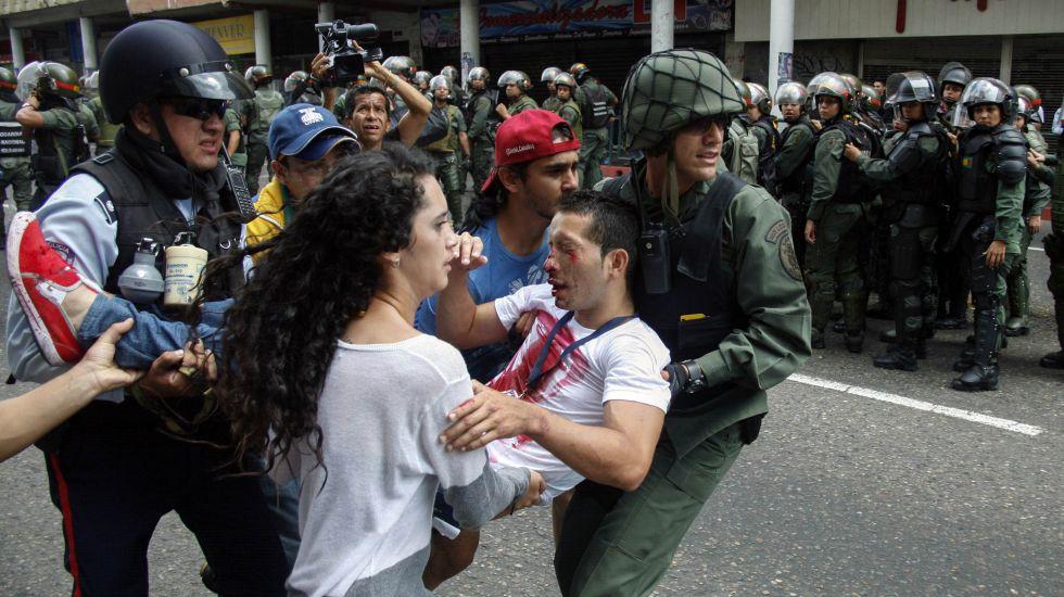 Un estudiante es retirado, en febrero pasado, al resultar herido durante una protesta en Venezuela.
