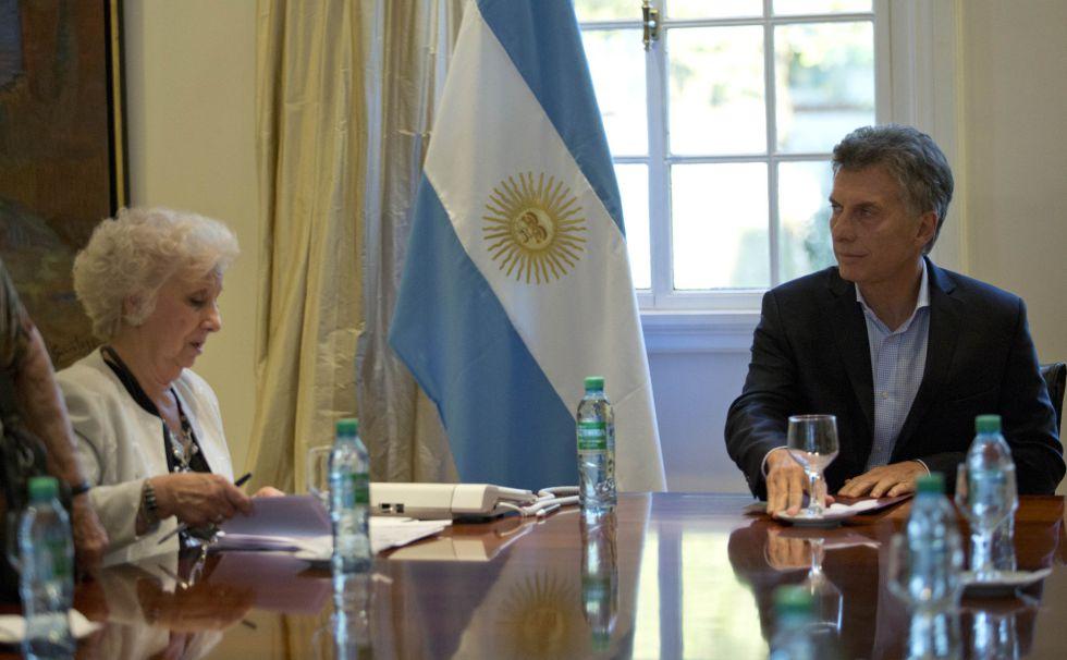 La jefa de Abuelas de Plaza de Mayo, Estela de Carlotto, en su reunión con el presidente de Argentina, Mauricio Macri.