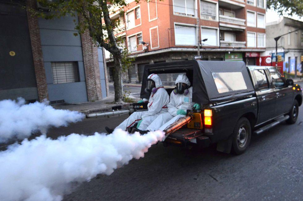 Dos operarios fumigan en Montevideo.