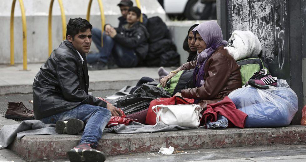 Migrantes afganos, en una plaza de Atenas.