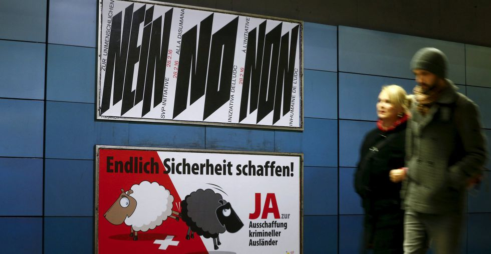 Publicidad en contra (arriba) y a favor de la expulsión de extranjeros en un andén de la estación de trenes de Zúrich.