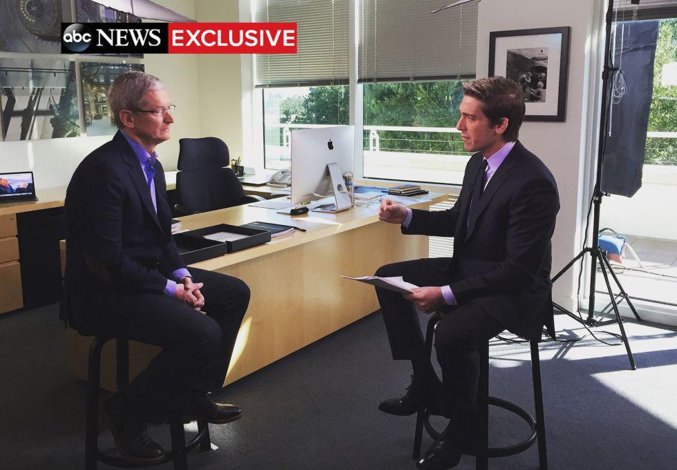 Tim Cook durante la entrevista en ABC News.
