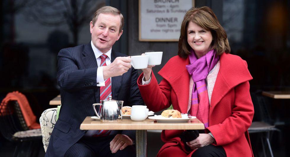 El primer ministro Enda Kenny y la líder laborista, Joan Burton.rn