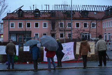 Vecinos de Bautzen (en el Estado alemán de Sajonia) frente al hotel que debía acoger a 300 refugiados y fue incendiado en la noche del 20 de marzo.