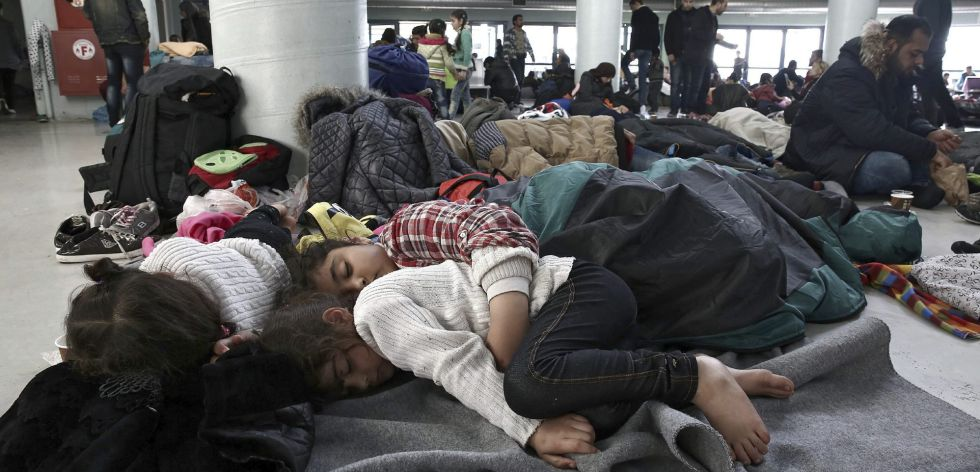 Un grupo de refugiados, en el puerto del Pireo (Atenas).