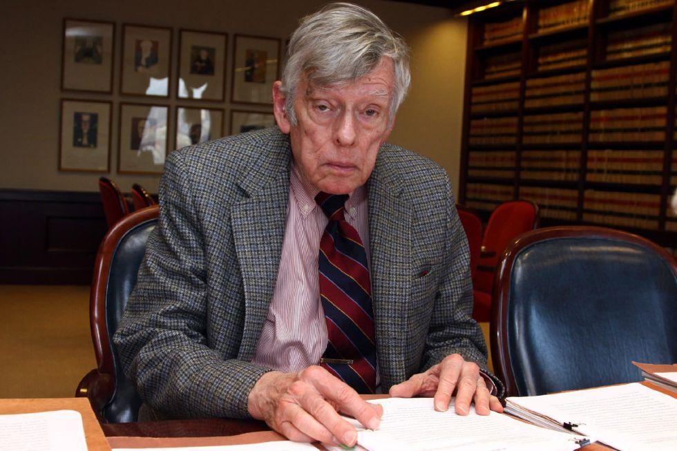 El juez Thomas Griesa posa en su oficina en la Corte federal de Nueva York (EEUU). EFEArchivo