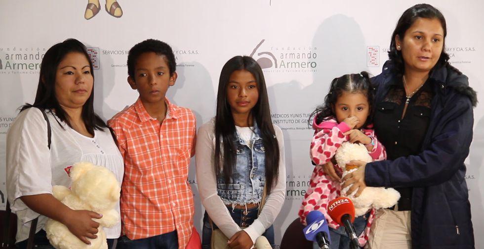 De izquierda a derecha, Jaqueline Vásquez Sánchez y sus dos hijos al lado de su hermana Lorena Santos y su hija.