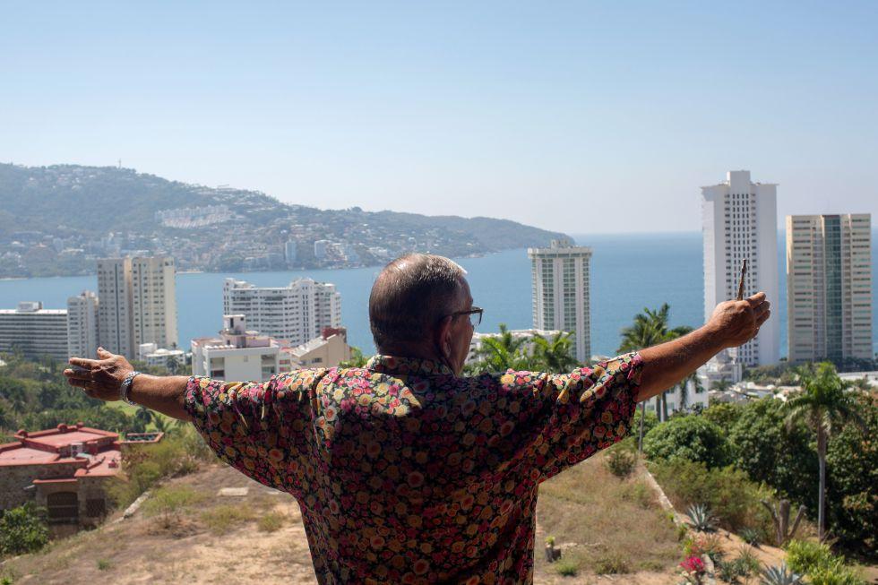 El empresario Ron Scala mira Acapulco desde su casa.