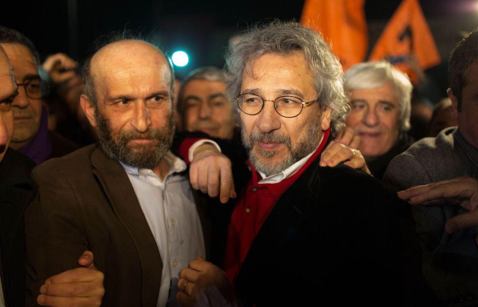 Can Dündar (derecha) y Erdem Gul, tras ser liberados.