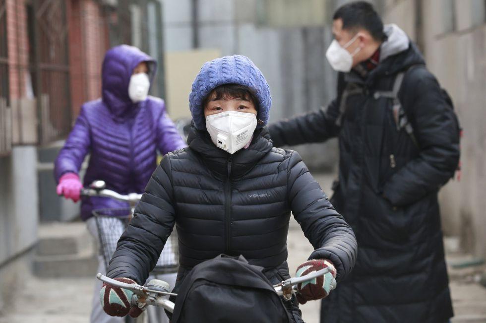 Ciudadanos con mascarillas durante la alerta por contaminación en diciembre en Pekín.
